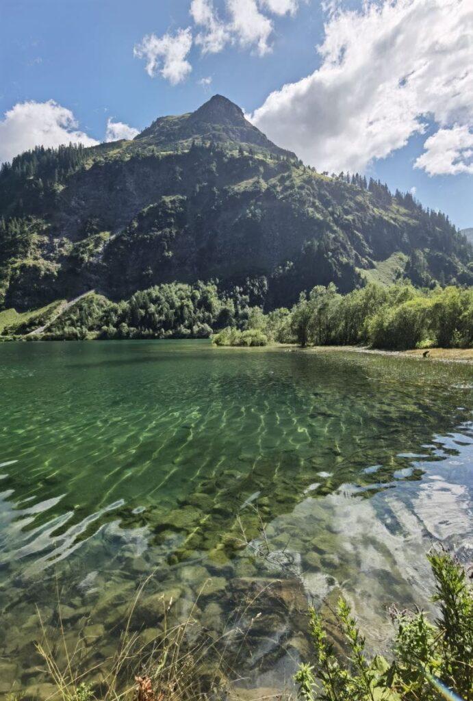Ein glasklarer See im Tannheimer Tal: Der Vilsalpsee